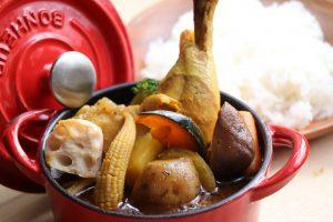 ゴロっと野菜たっぷりの特製スープカレー<br /> は山小屋店限定です。